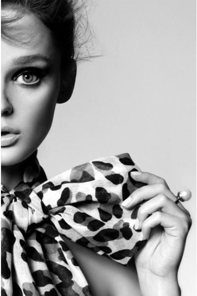 Comment nouer un foulard - blog mode Paris Soyons élégantes e6f4a7c896b